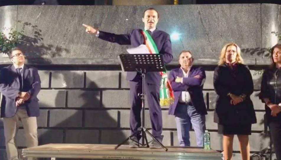 Foto di Cateno De Luca durante il comizio a piazza Municipio, Messina