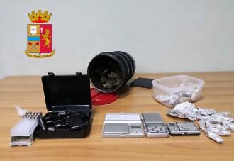 Foto della pistola e della sostanza stupefacente - marijuana e cocaina - già suddivisa in dosi - Cronaca Messina