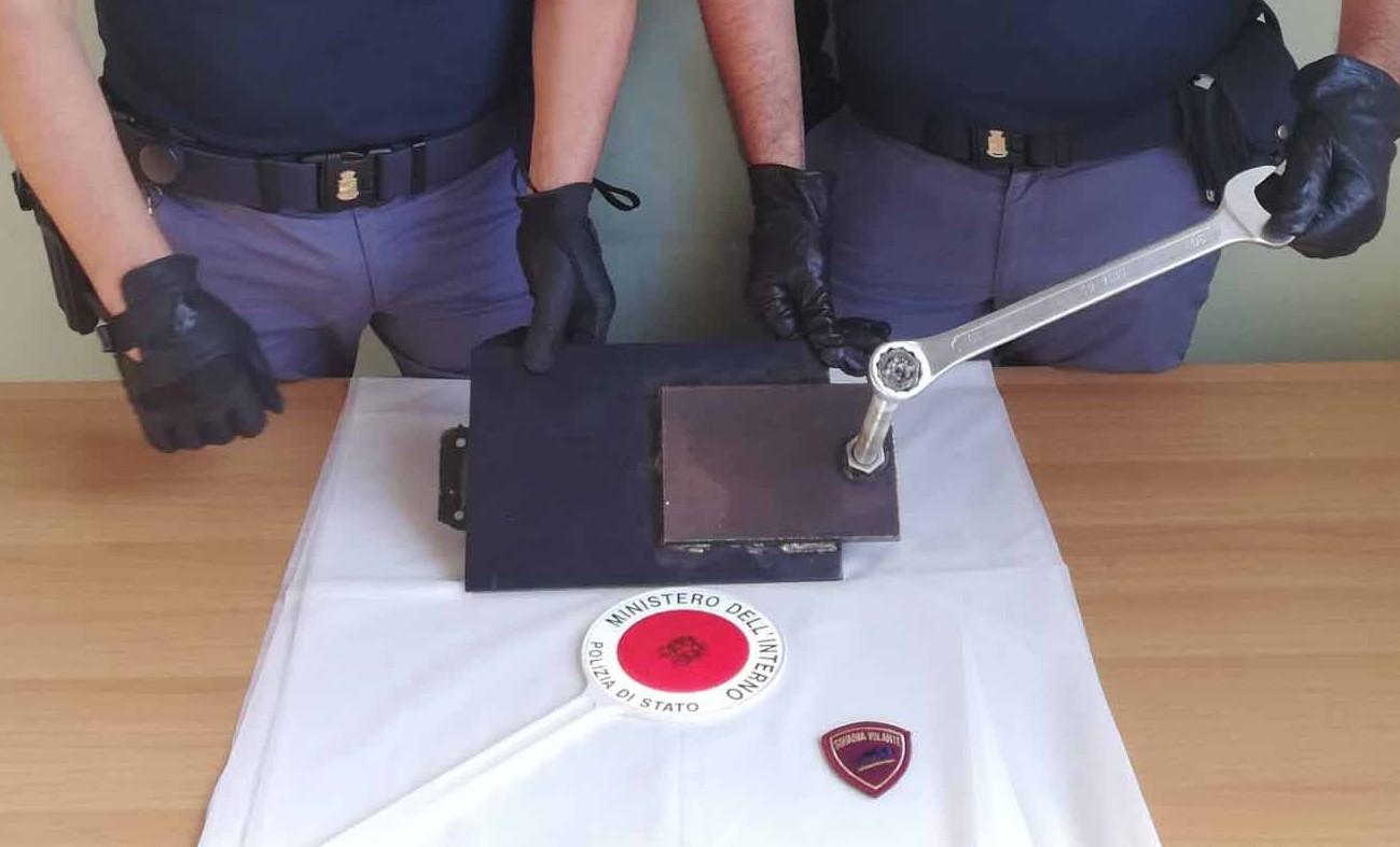 Foto della piastra di metallo applicata sulla cassaforte - arresto messina