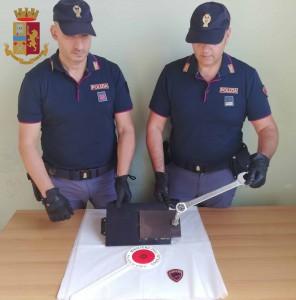 Foto degli agenti di Polizia con un pannello di cassaforte scassinato