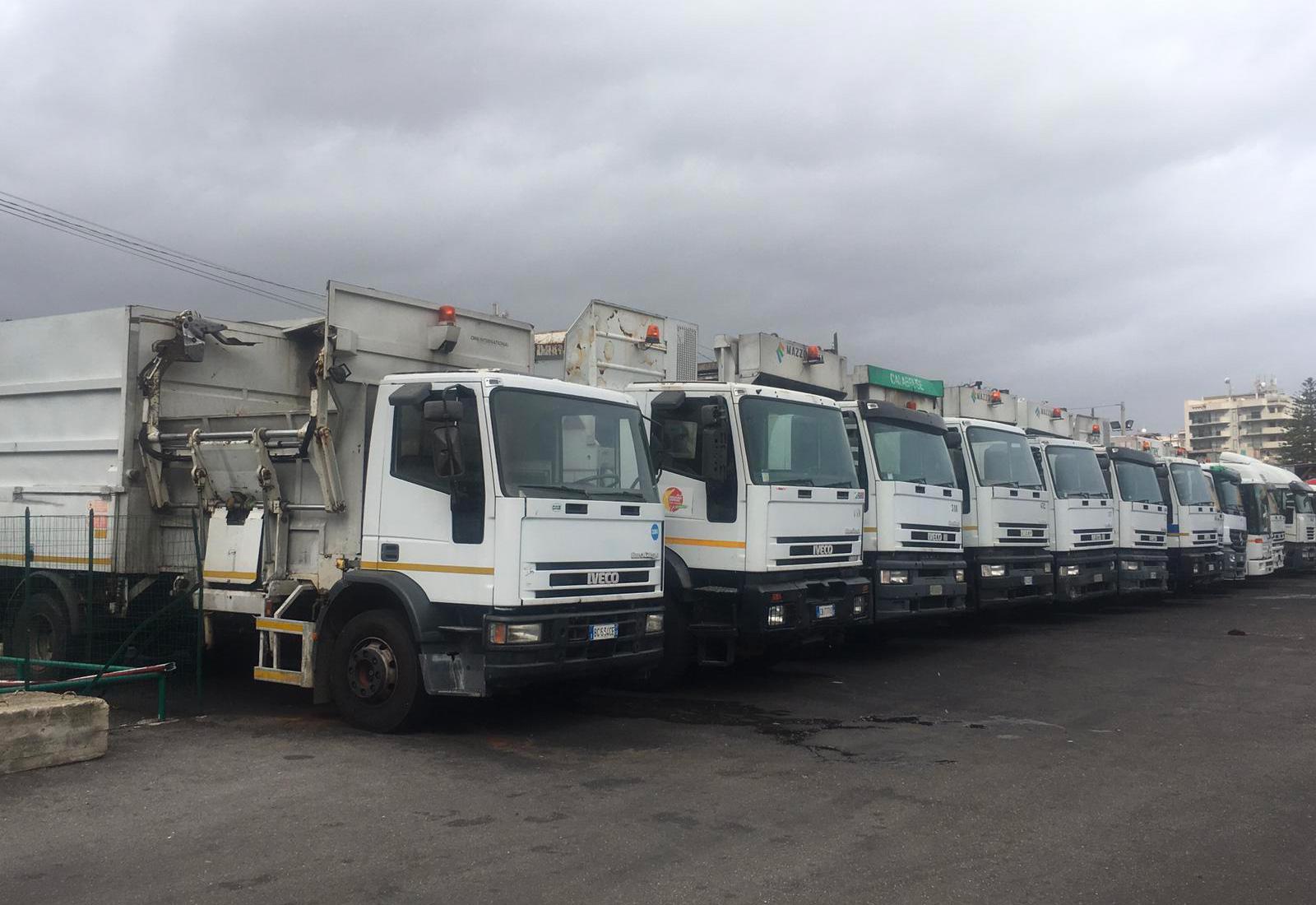 camion messinaservizi bene comune - azienda per la raccolta rifiuti di messina