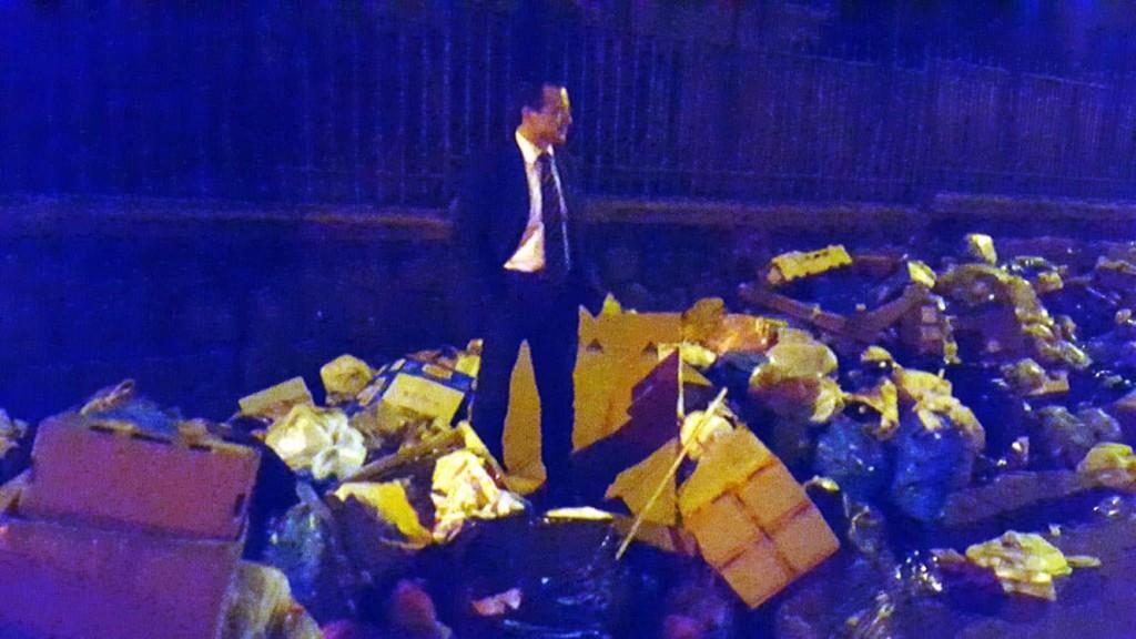 foto del sindaco cateno de luca sopra una pila di rifiuti durante l'emergenza rifiuti a Messina