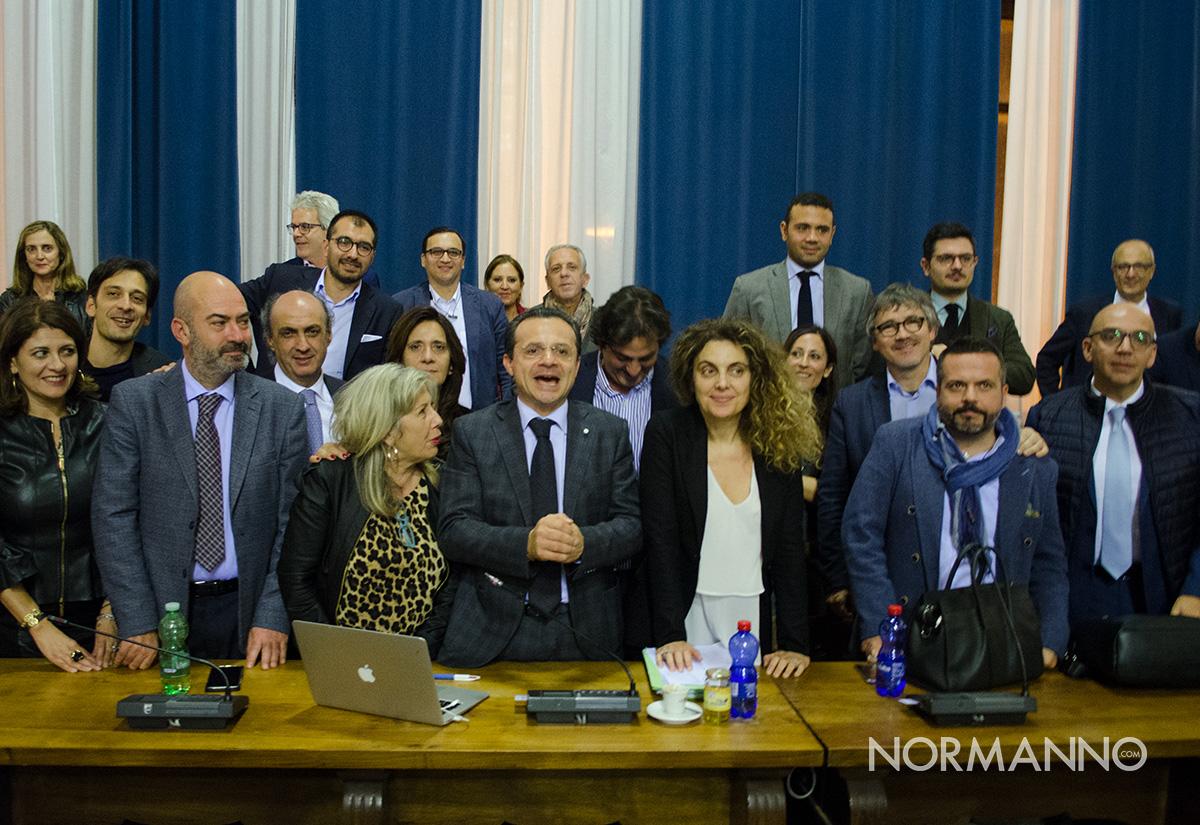 giunta de luca e consiglieri comunali dopo la votazione della rimodulazione del piano di riequilibrio