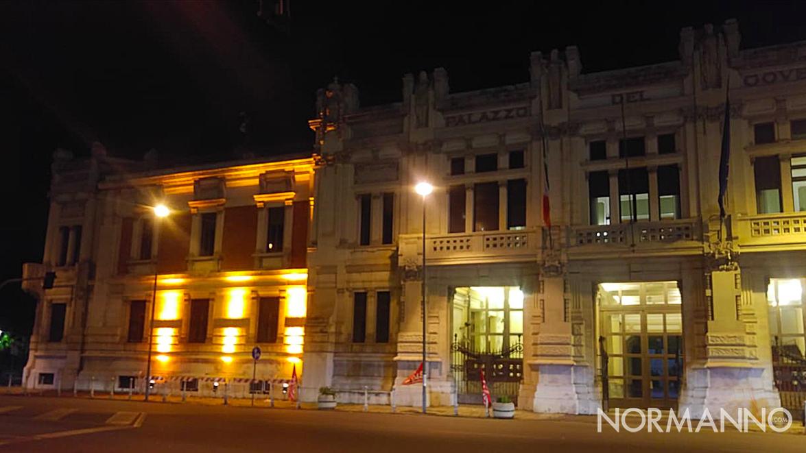 """Foto della Prefettura di Messina illuminata di arancione per il progetto ONU """"Orange the world"""""""
