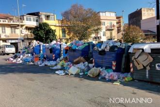 foto di cassonetti pieni di rifiuti e sacchetti della spazzatura riversati sulle strade di messina