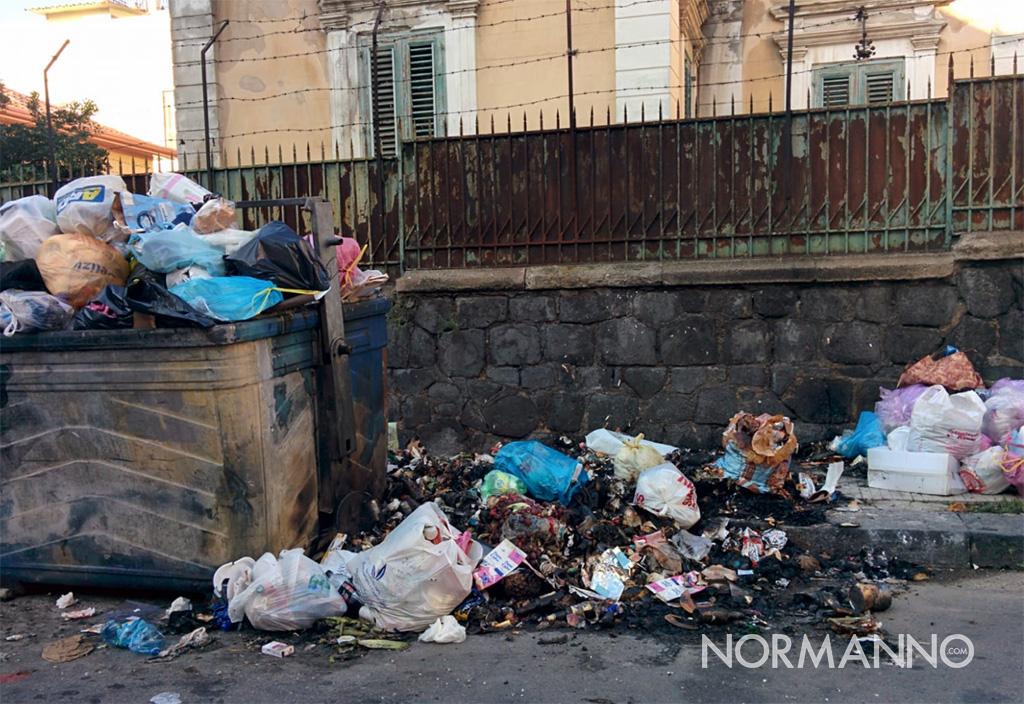 foto di cassonetti dell'immondizia e rifiuti bruciati - messina