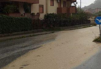 foto di via leonardo sciascia a san licandro ricoperta di fango a causa del maltempo a messina