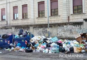 foto dei cassonetti e dei rifiuti accumulati nei pressi della scuola boer verona trento di messina
