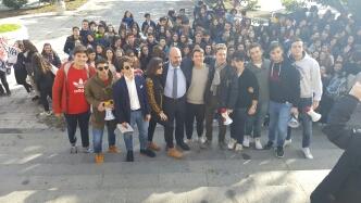 sit in degli studenti del liceo classico maurolico di messina a piazza municipio per chiedere il mantenimento dell'autonomia