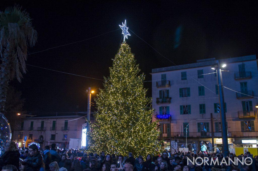 Foto dell'albero di natale acceso a piazza Cairoli, Messina
