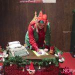 Elfa di Babbo Natale scrive le letterine dei bambini - piazza Cairoli, Messina
