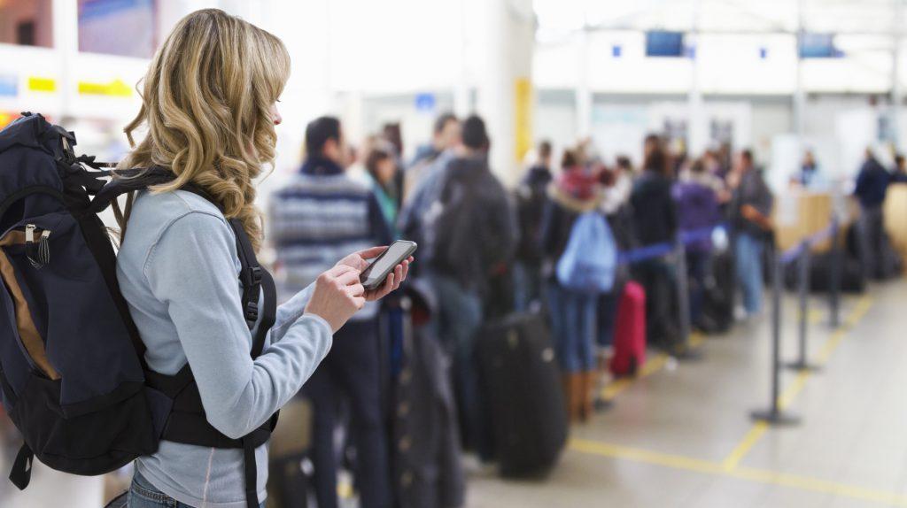 Foto di fila all'aeroporto in attesa del volo