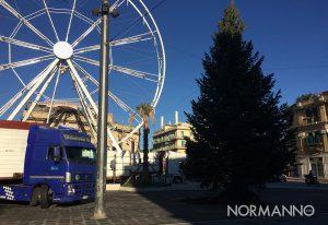 albero di natale e ruota panoramica di piazza cairoli ancora da addobbare, messina