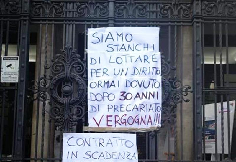 Foto dei cartelli di protesta dei precari dell'ex Provincia di Messina