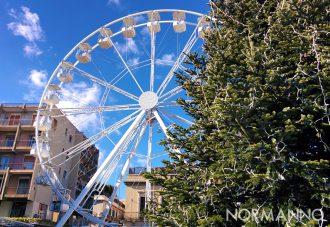 Foto dell'albero di Natale e della ruota panoramica di Piazza Cairoli - Messina 2018
