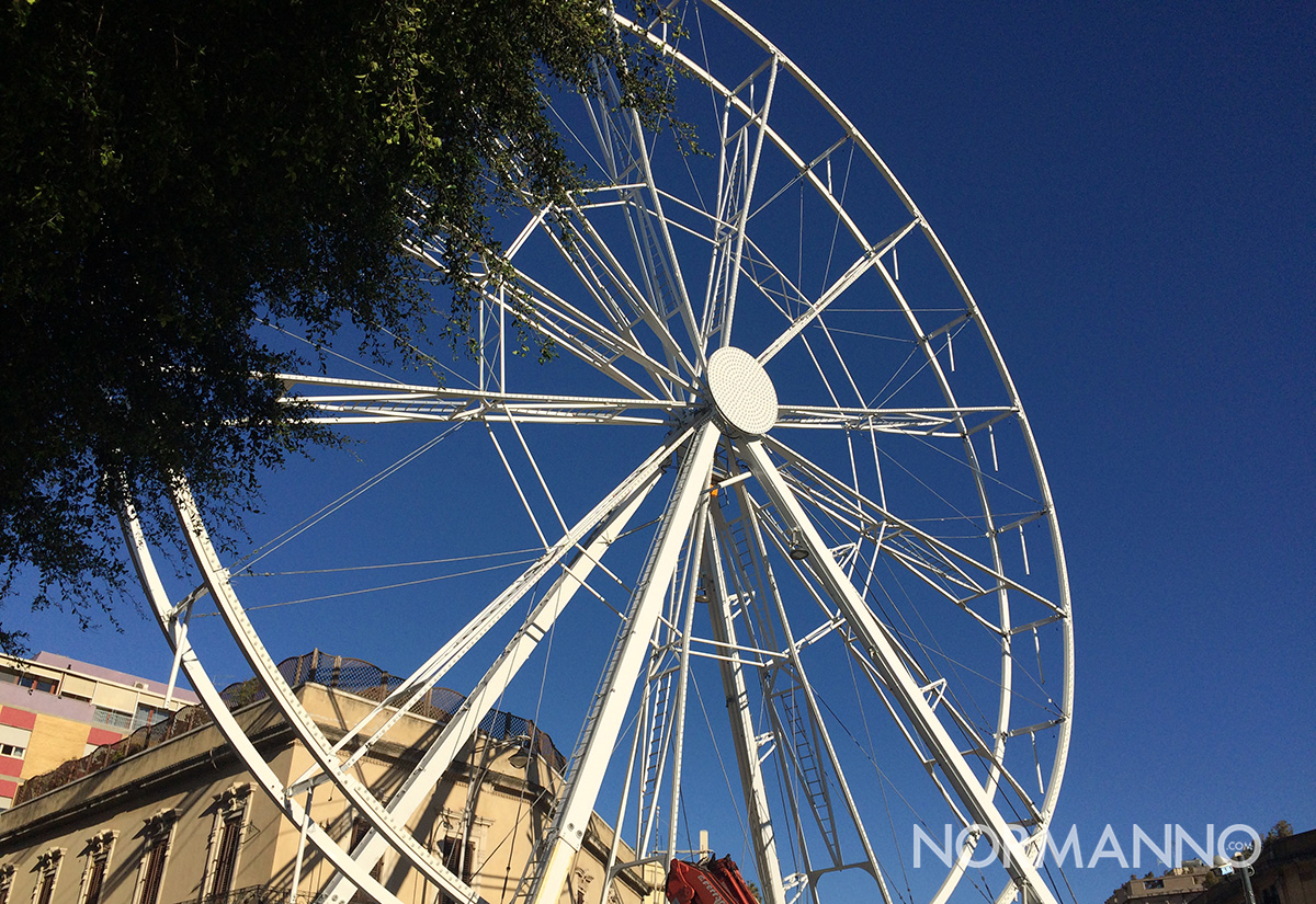 ruota panoramica in fase di montaggio a piazza cairoli, messina