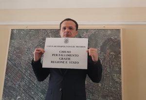 Foto di Cateno De Luca che dichiara il fallimento della Città Metropolitana di Messina