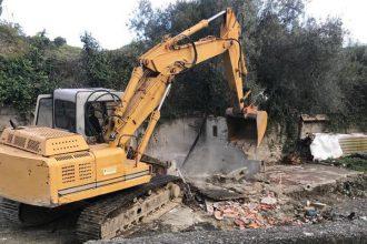 ruspa della protezione civile – demolizione strutture abusive a cumia