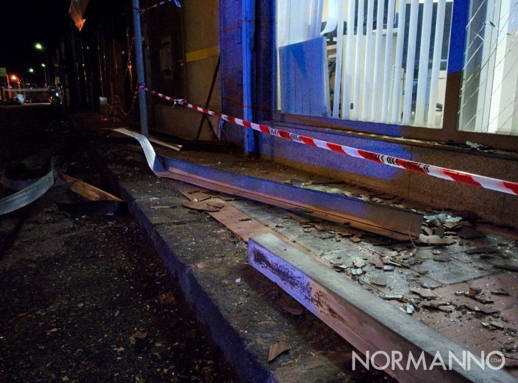 Detriti dell'esplosione bomba carta ufficio postale via La Farina, Messina