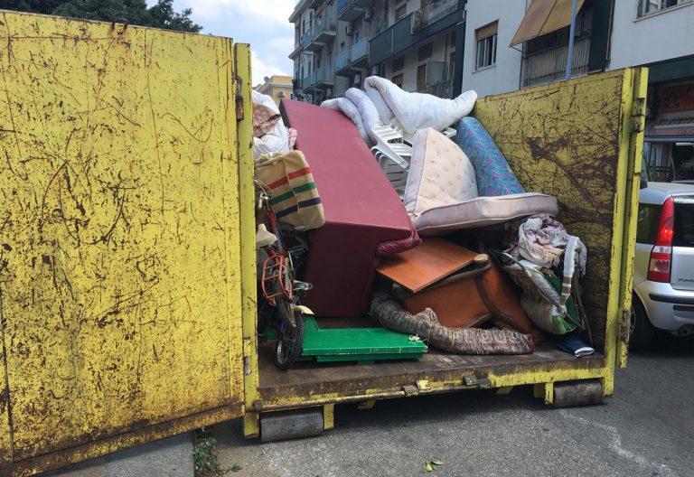camion di messinaservizi colmo di rifiuti ingombranti