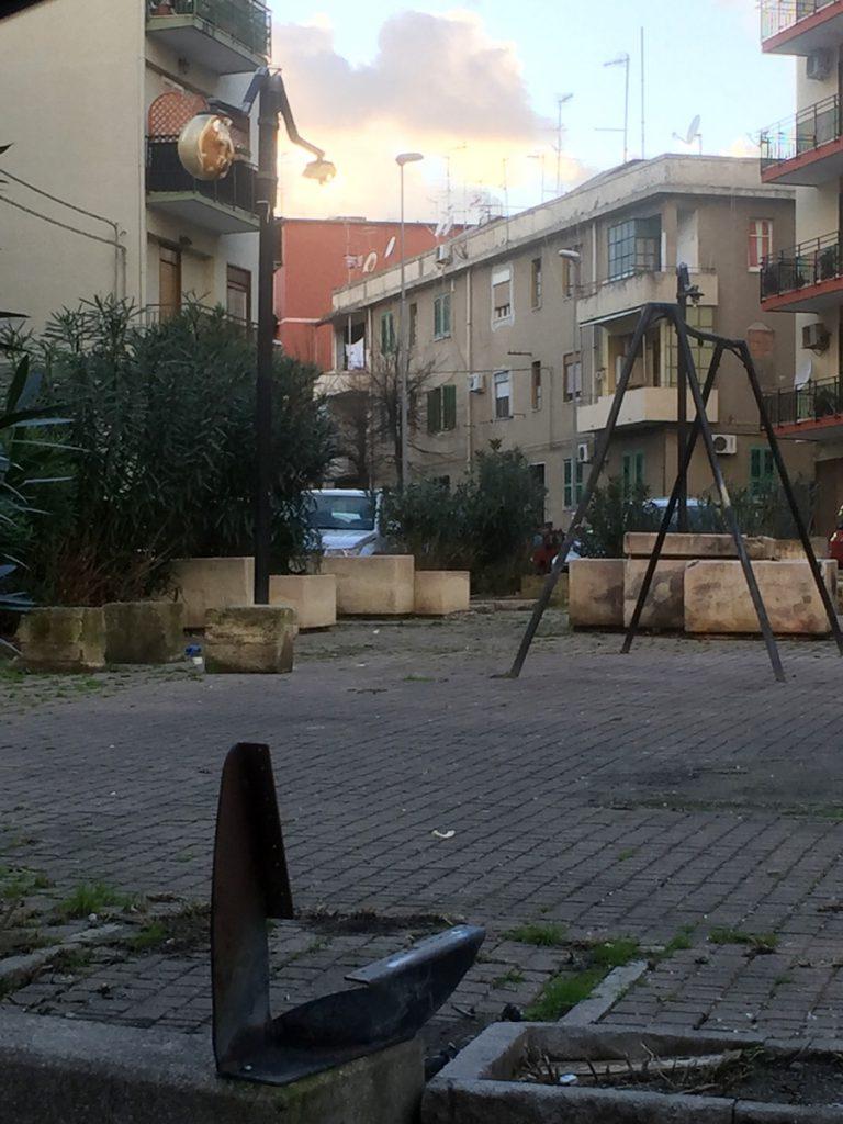 foto delle condizioni di degrado in cui versa piazza camaro san paolo a messina