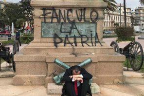 De Luca ai vandali che hanno imbrattato il Monumento ai Caduti: «Siete una cosa inutile»