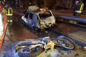 Ruba una moto ma si schianta contro un'auto e prende fuoco: è grave