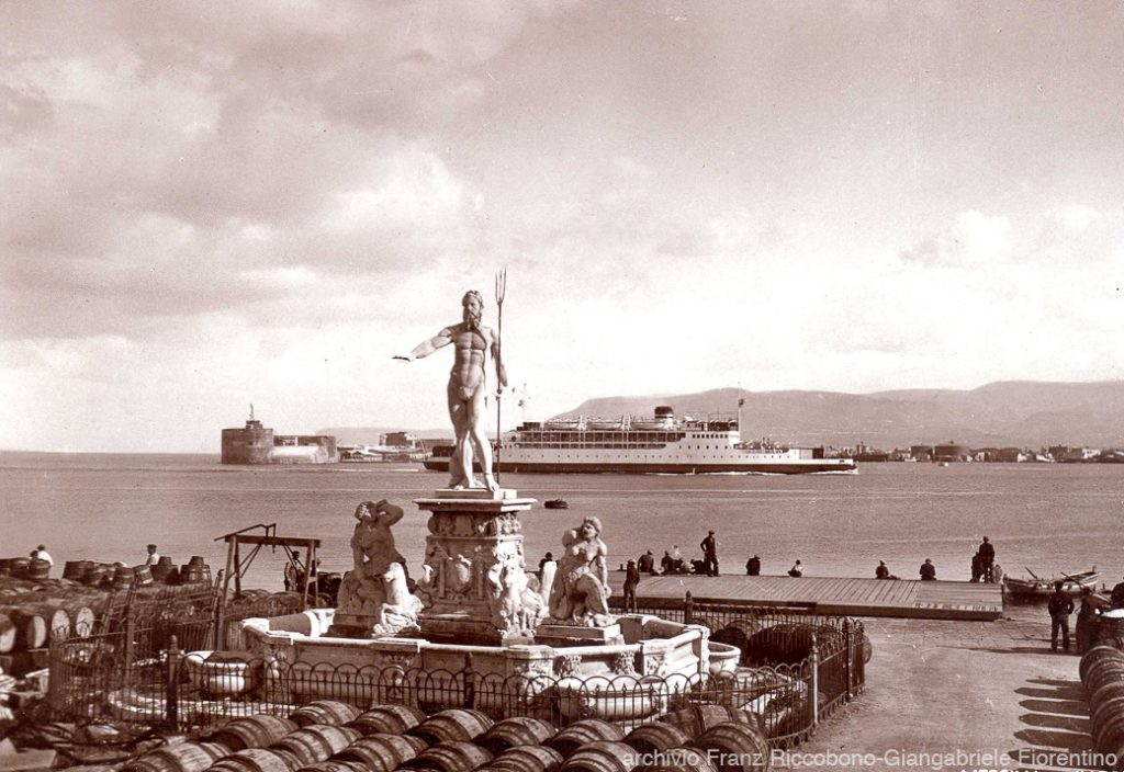 Foto d'epoca: Monumenti mobili: la statua del Nettuno di fronte al palazzo del Senato, alla cortina del Porto di Messina