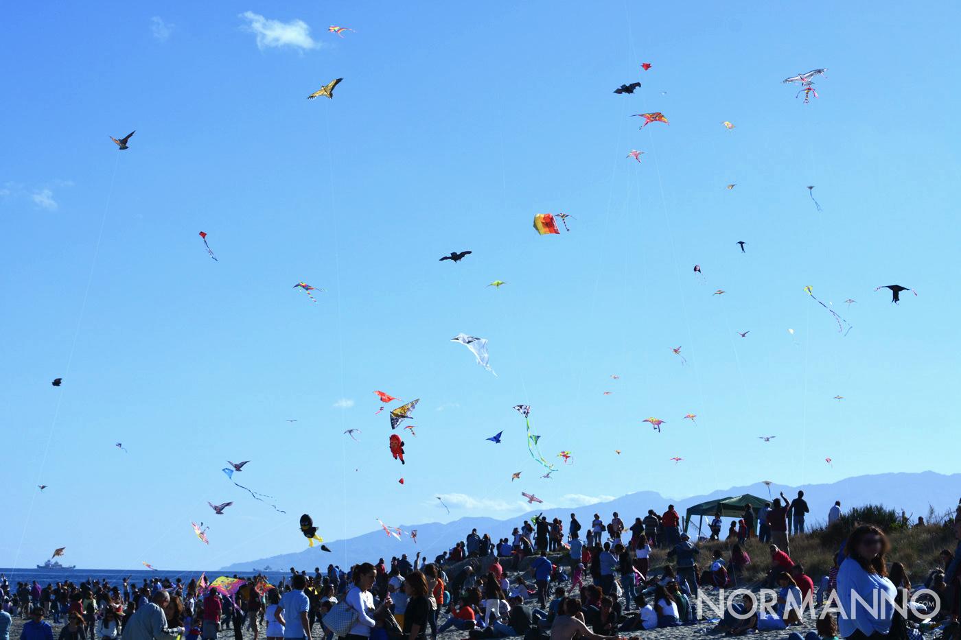 Foto della spiaggia con decine di aquiloni in volo al Festival degli Aquiloni di Messina 2019