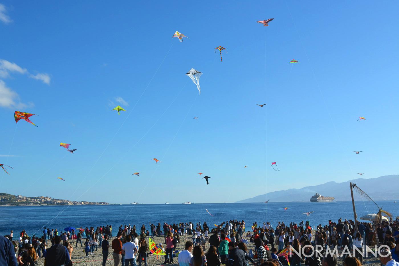 Spiaggia sotto il Pilone piena al Festival degli Aquiloni di Messina 2019