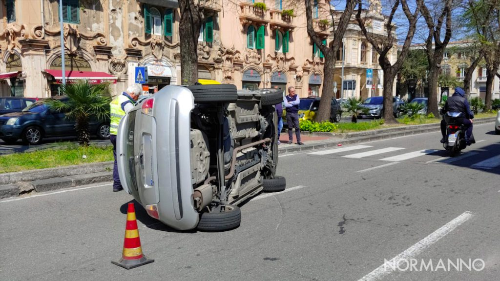 Foto di una fiat 500 ribaltata su un fianco dopo incidente - Via Garibaldi, Messina
