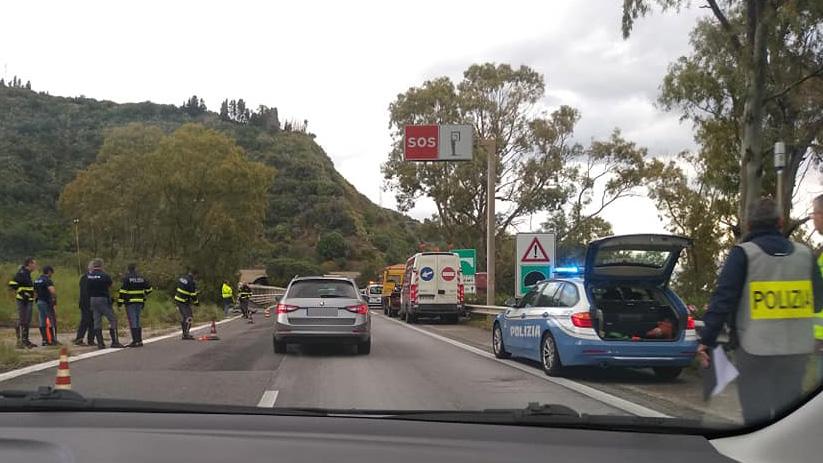 foto della fila sull'autostrada a18 messina - catania dopo incidente giampilieri