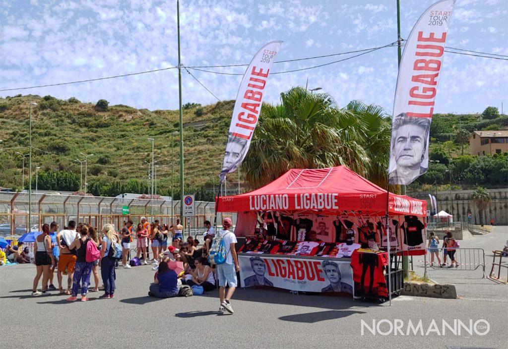 fan in attesa sotto il sole per il concerto di Ligabue a Messina allo Stadio San Filippo