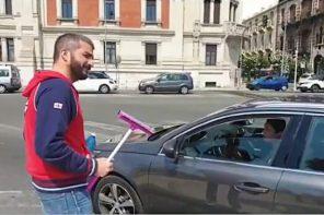 Messina. Alessandro Russo lavavetri per un giorno. De Luca: «Paghi 200 euro di multa»
