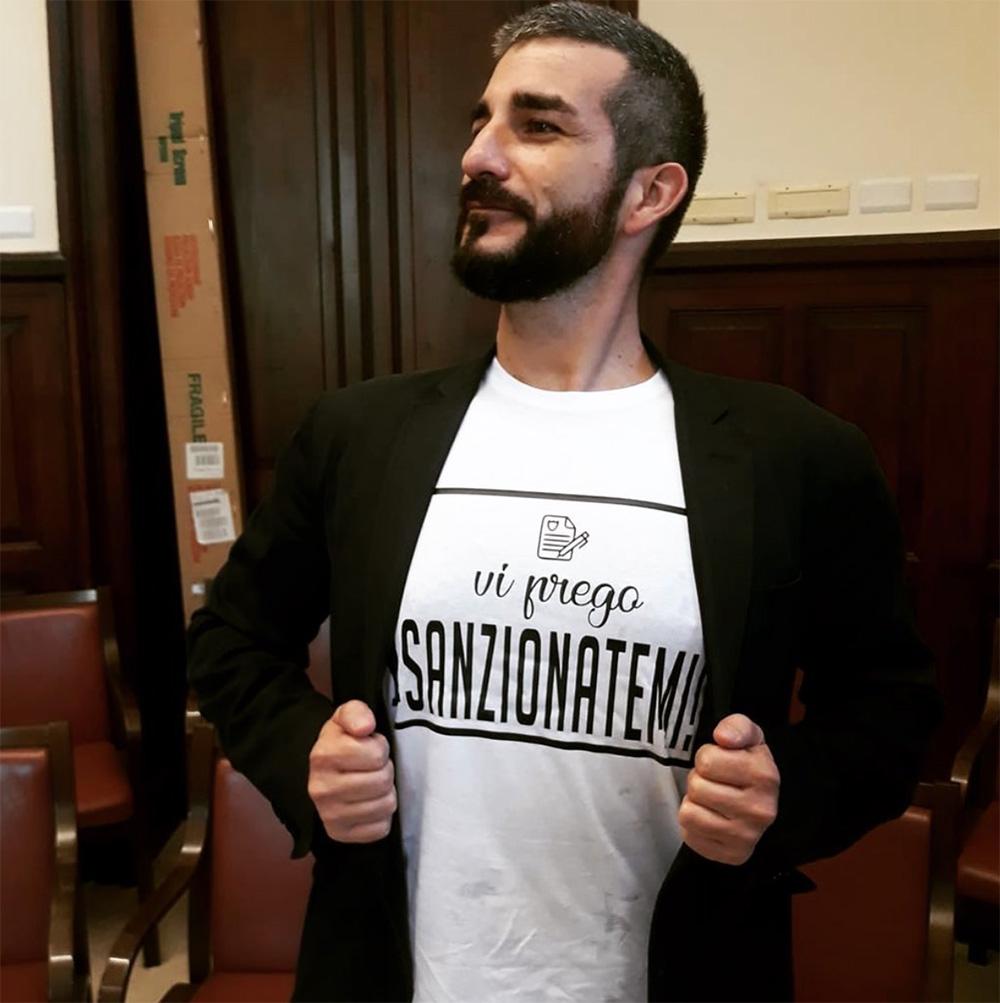 """alessandro russo indossa una maglietta provocatoria """"vi prego sanzionatemi"""" per farsi multare per aver violato l'ordinanza decoro"""