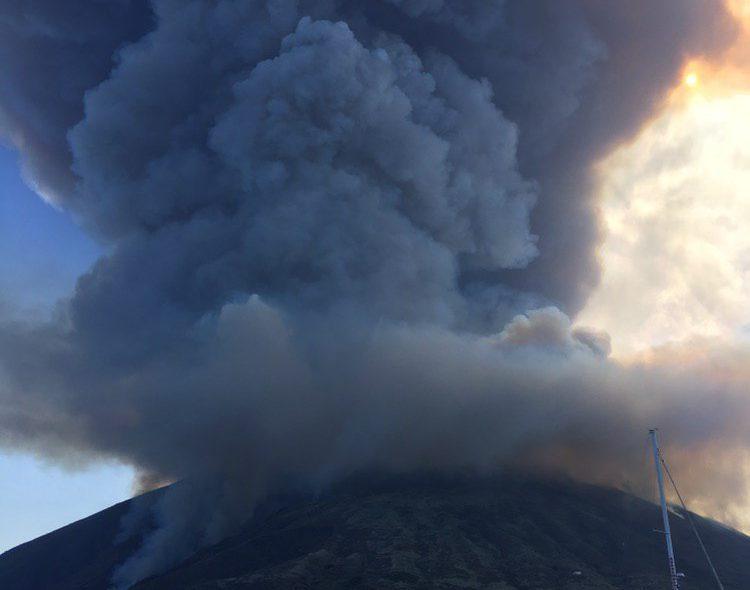 Eruzione ed esplosioni del vulcano di stromboli (isole eolie in provincia di messina) del luglio 2019