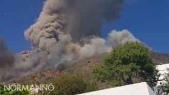 Colonna di fumo e incendi su vulcano Stromboli, dopo esplosione