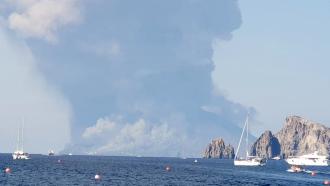 Foto fumo e nubi dense dopo l'esplosione isola stromboli