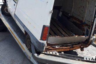 furgoncino bianco trasformato in discarica a sant'agata, messina