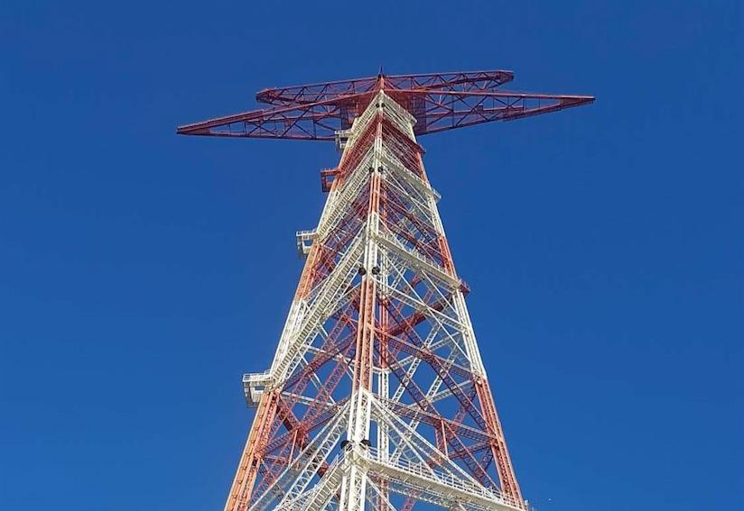 foto della punta del pilone di messina ripresa dal basso