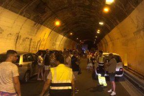 Auto prende fuoco in autostrada: attimi di paura sulla A18