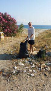 uomo pulisce la spiaggia vicino al lido spiaggia d'oro di messina