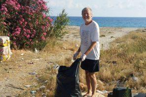 Raccoglie i rifiuti abbandonati in spiaggia: perché a Messina c'è ancora speranza