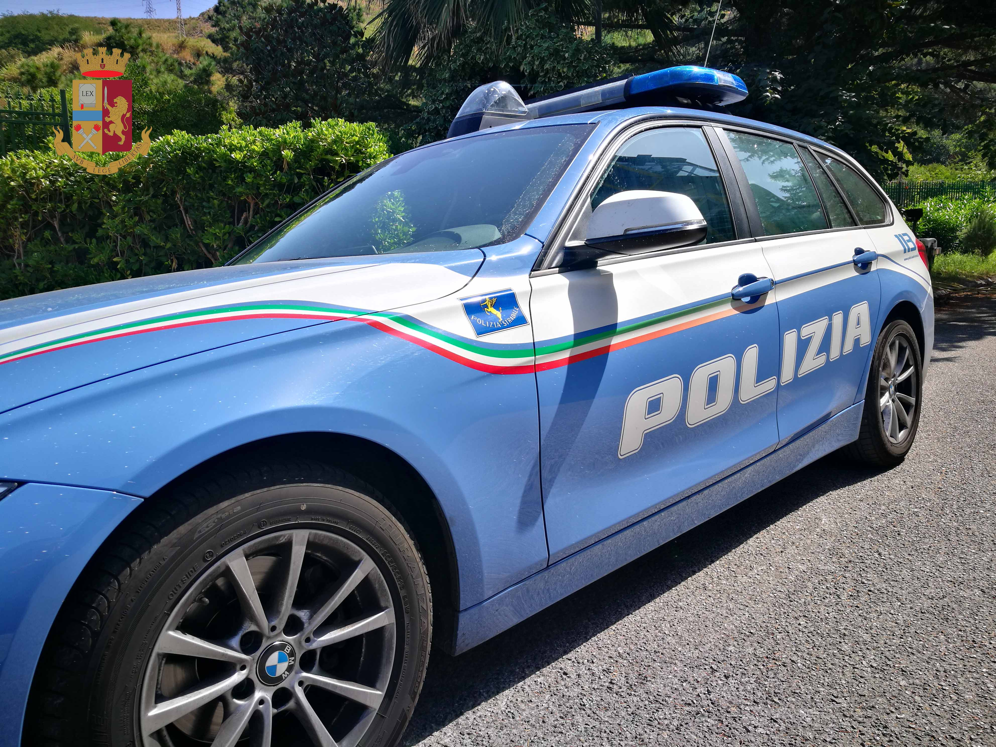 foto della volante della polizia stradale di messina