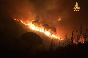 Messina. Notte di fuoco a Curcuraci: le foto dell'incendio