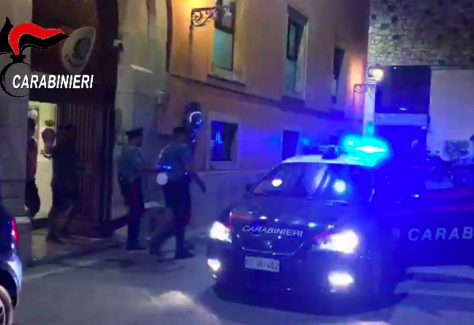 immagini dell'arresto di francesco riitano, 'ndranghetista, a giardini naxos, messina