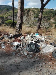 pineta di calamona nel degrado, coperta dai rifiuti
