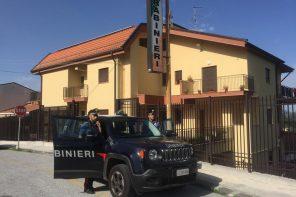 Va a casa dell'ex armato di bastone: arrestato 48enne per atti persecutori