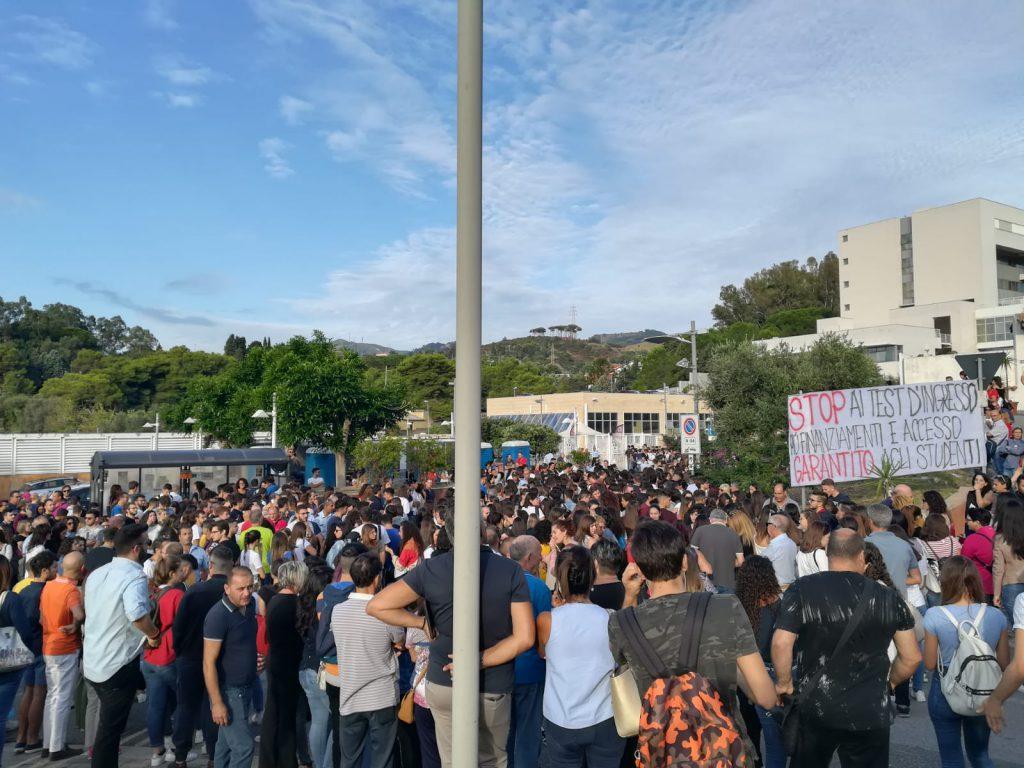 studenti protestano contro il test d'ingresso presso il polo papardo dell'università