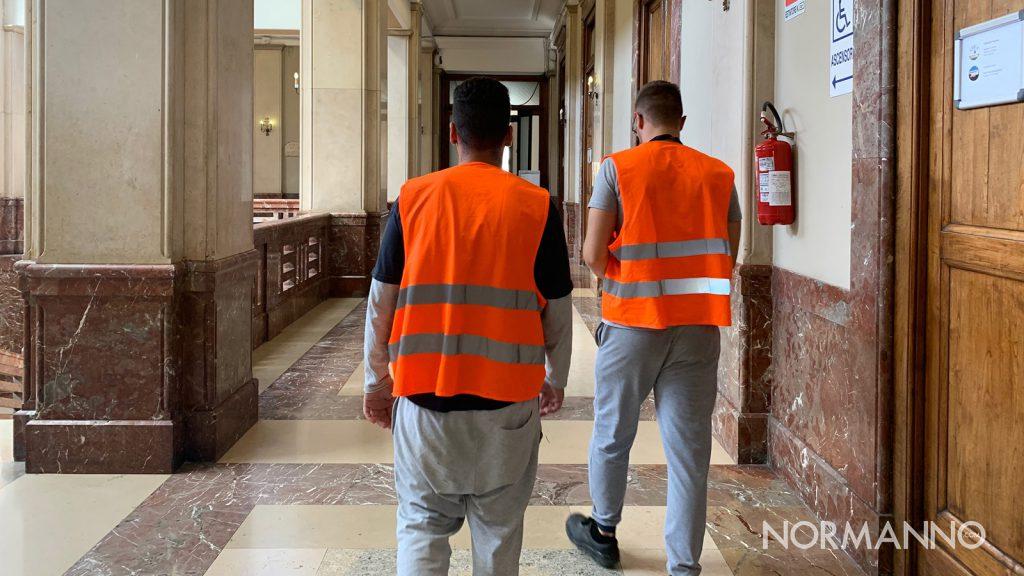 foto di due operatori dei cantieri di servizi a messina